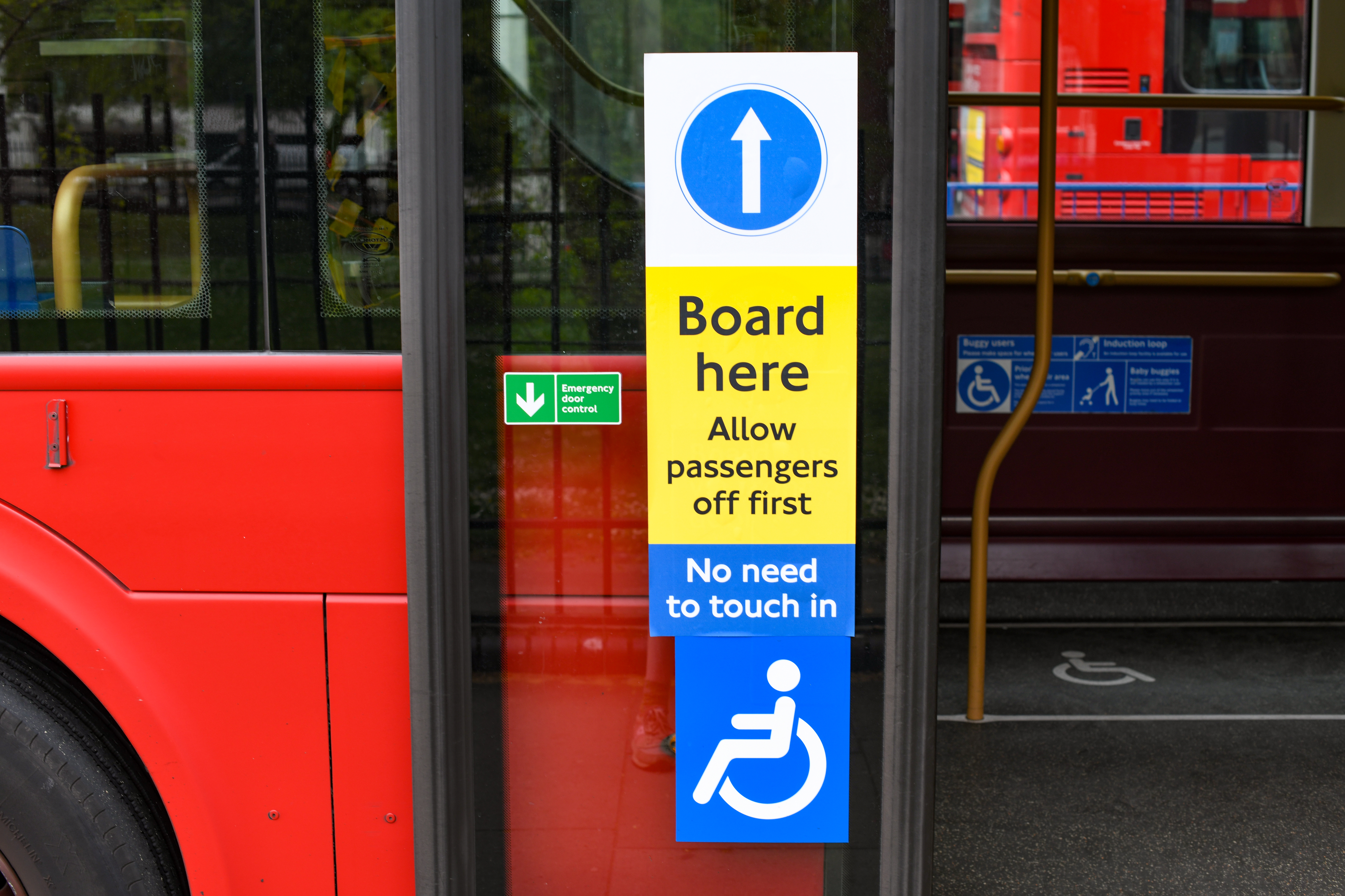 LTZ1781 LT781 Abellio Middle-door boarding signs (Euston) 4-20 (TfL)